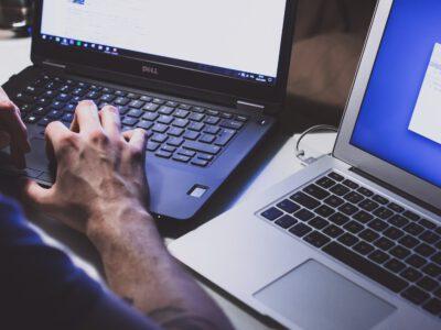 Persoon die laptop gebruikt